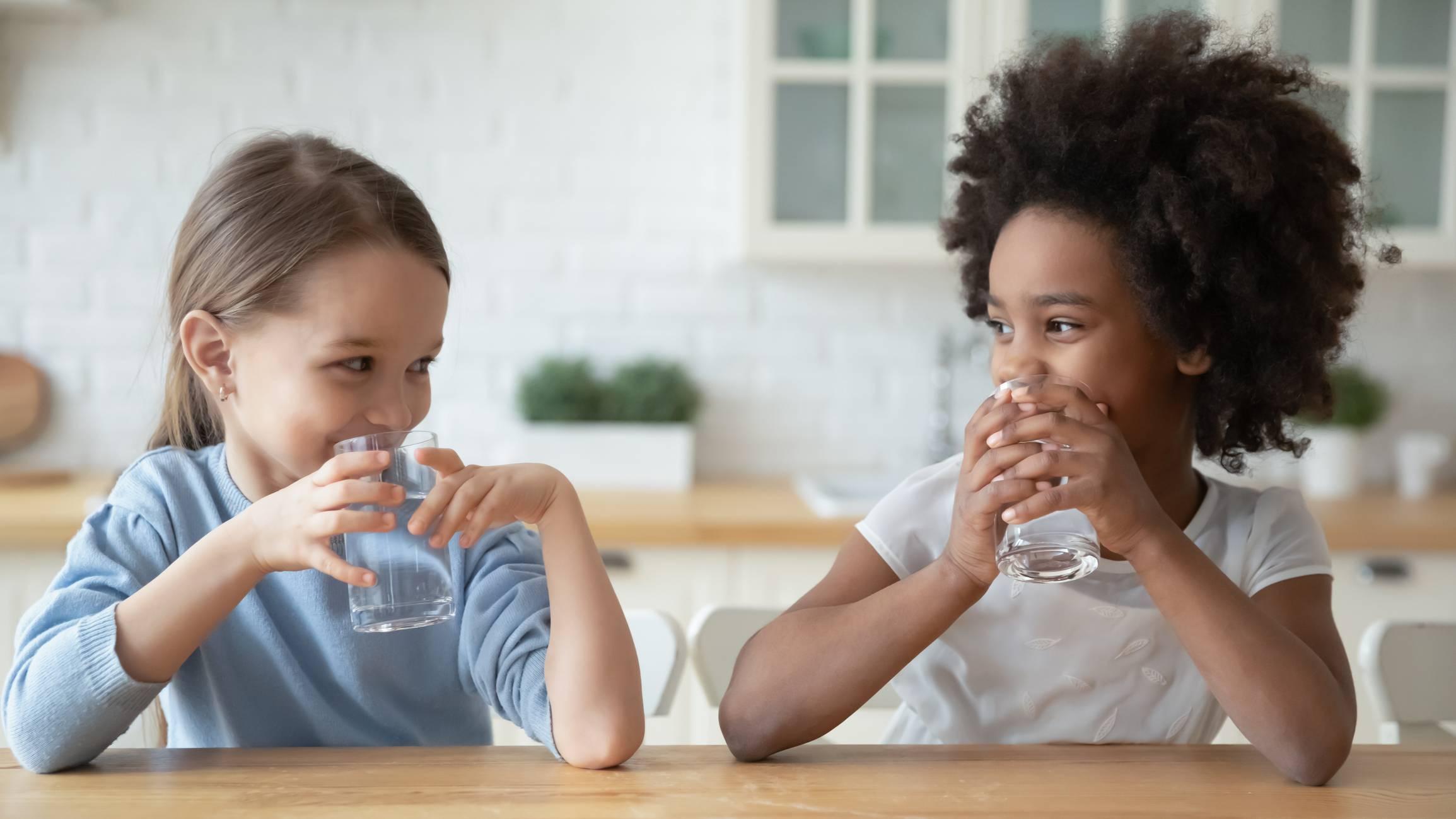 Enfants buvant de l'eau